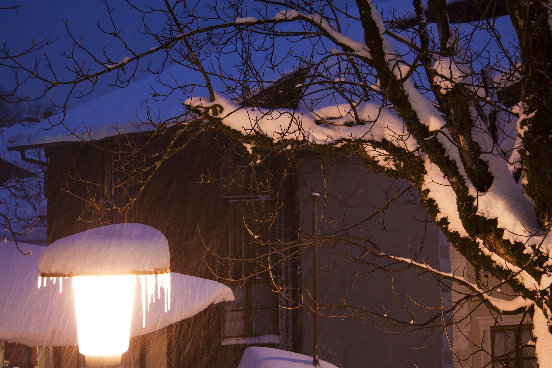 Wintereinbrüche im Frühling - Hausdach